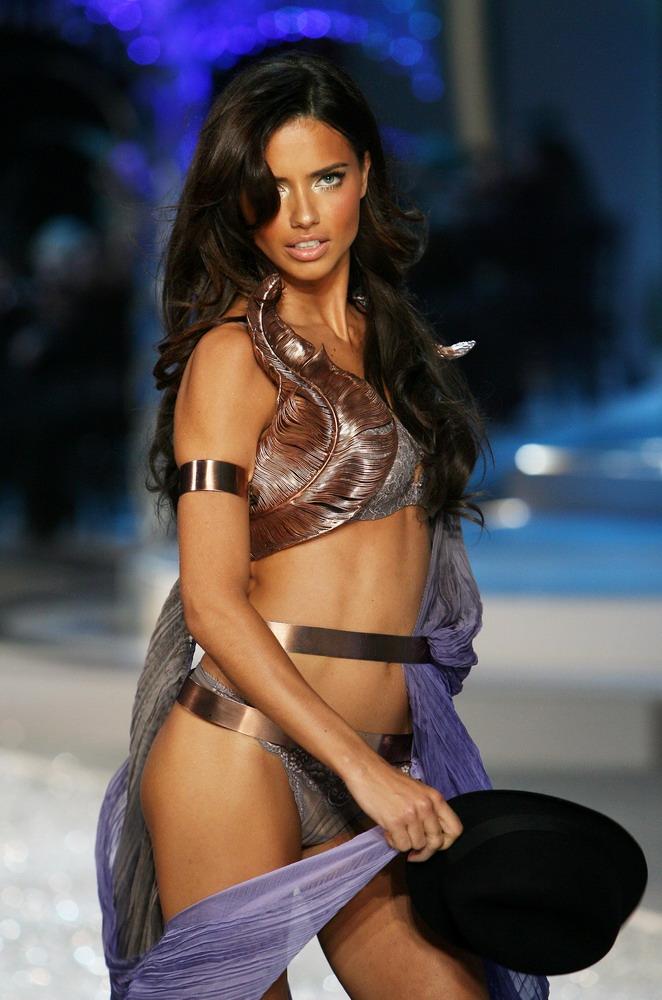Adriana_Lima_Fashion_Show_2008_19